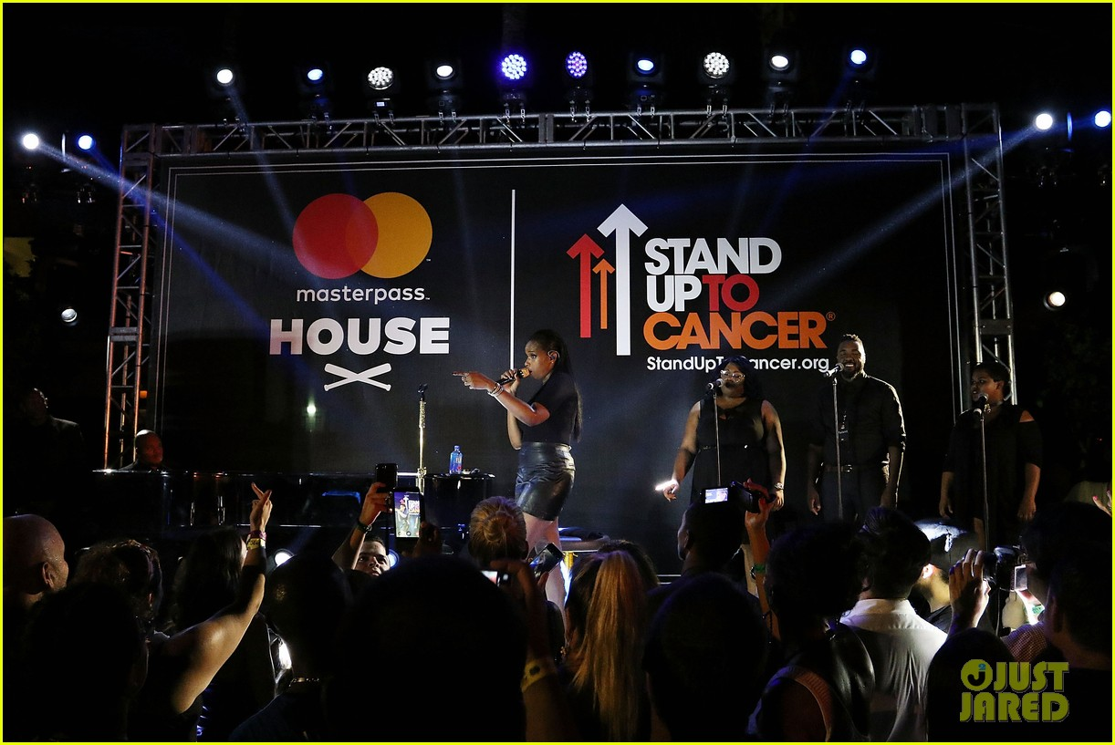 jennifer hudson hits the stage for stand up to cancer concert 013925816