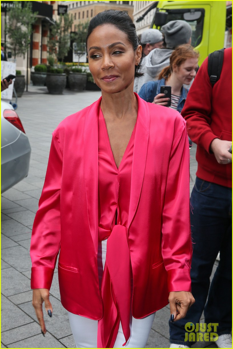 jada pinkett smith likes to do oil painting in her spare time 013933968