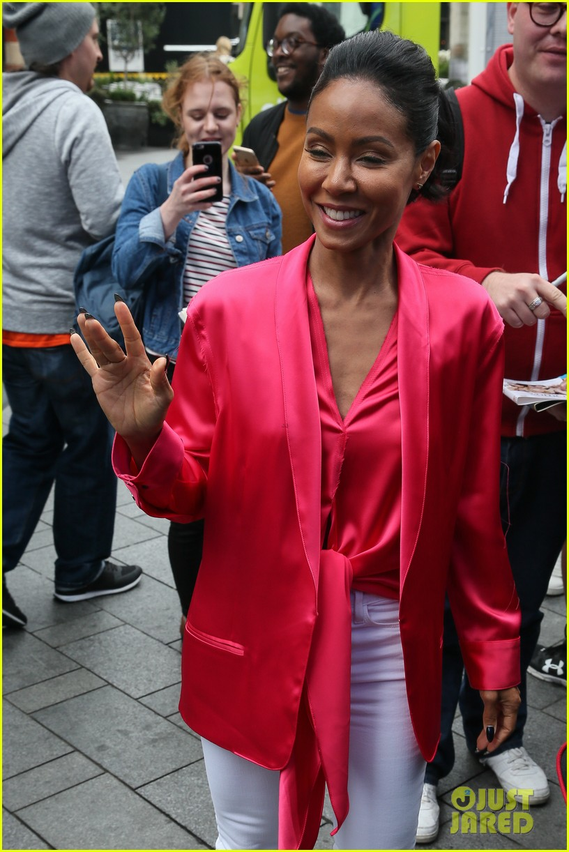 jada pinkett smith likes to do oil painting in her spare time 053933972