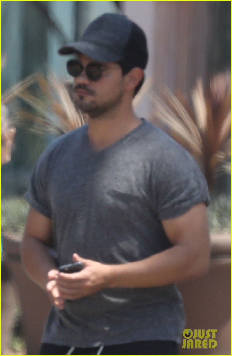 taylor lautner shows off buff body in tight shirt 023935627