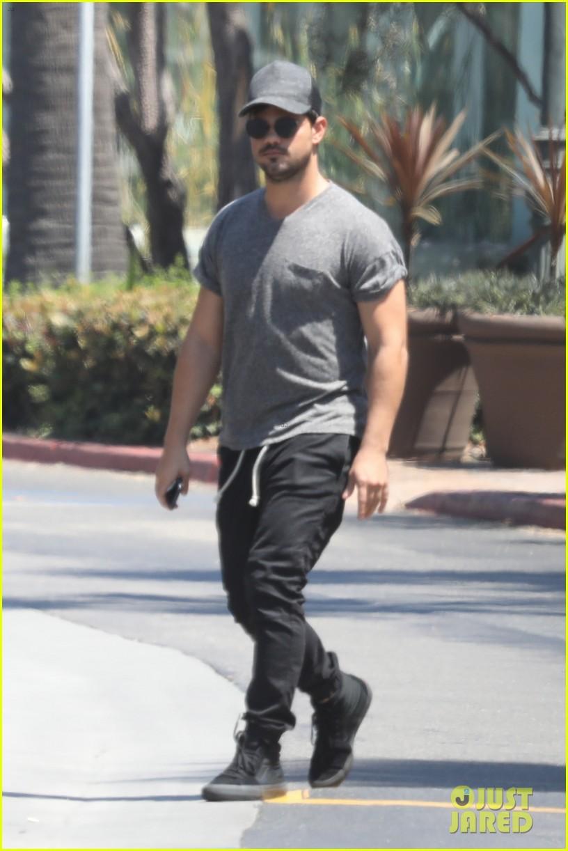 taylor lautner shows off buff body in tight shirt 033935628
