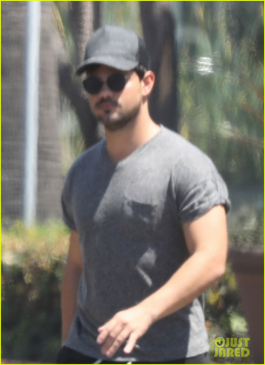 taylor lautner shows off buff body in tight shirt 043935629