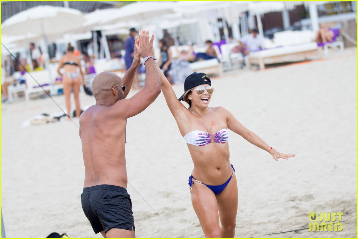 eva longoria flaunts pda with her husband during beach volleyball game 033931471