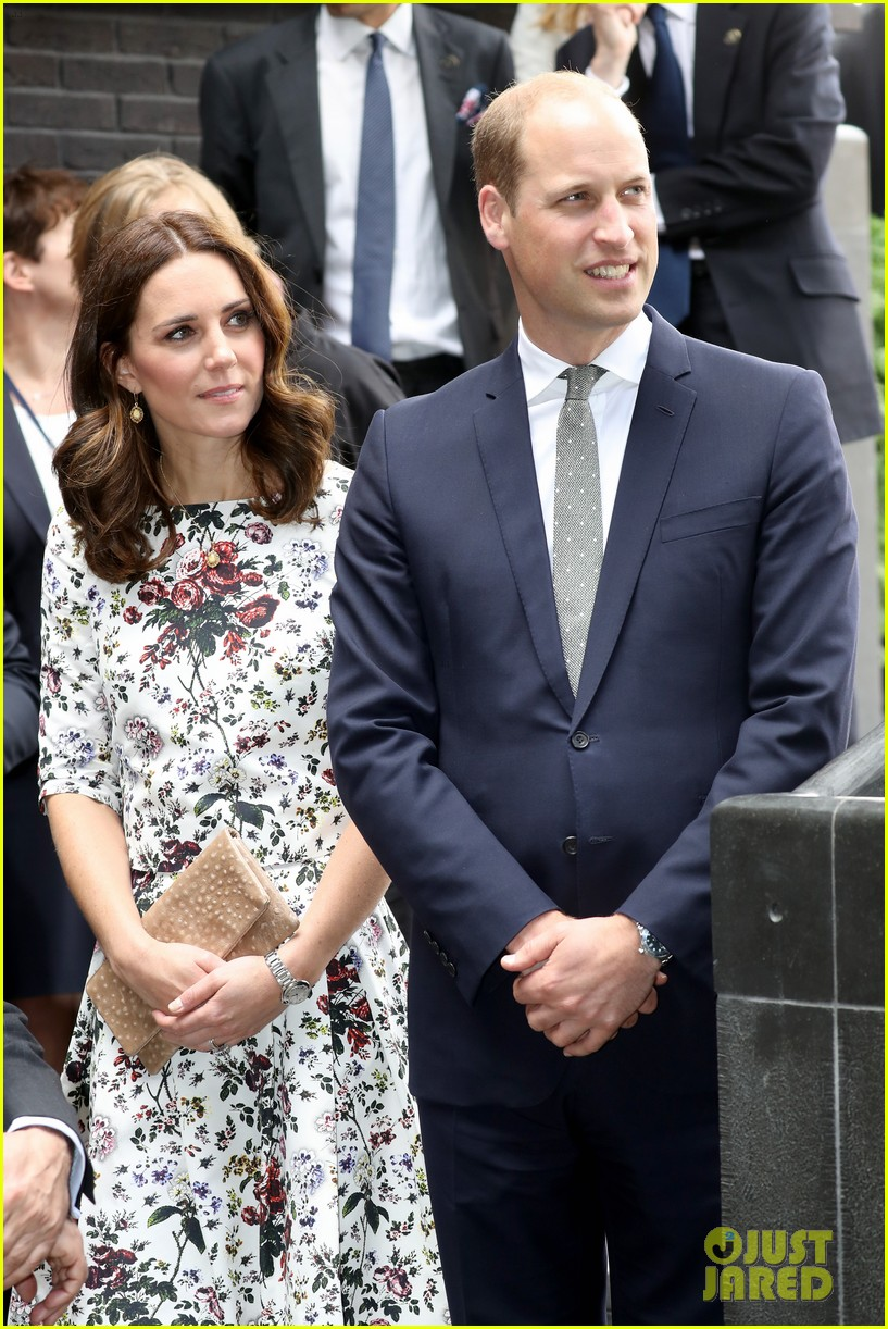 kate middleton prince william check out shakespeare theatre during poland visit 123929834