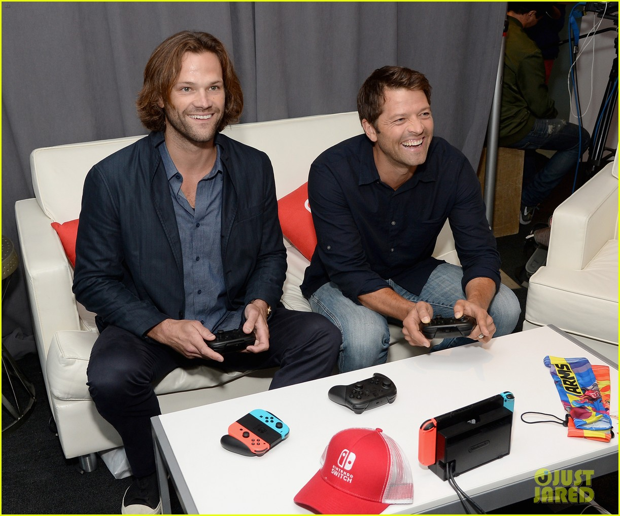 jared padalecki jensen ackles play video games at comic con 013931850