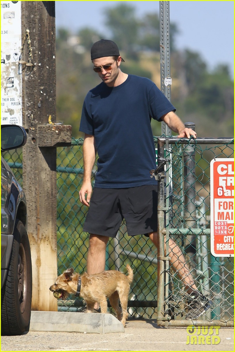 robert pattinson gets in some exercise at the dog park 033929945