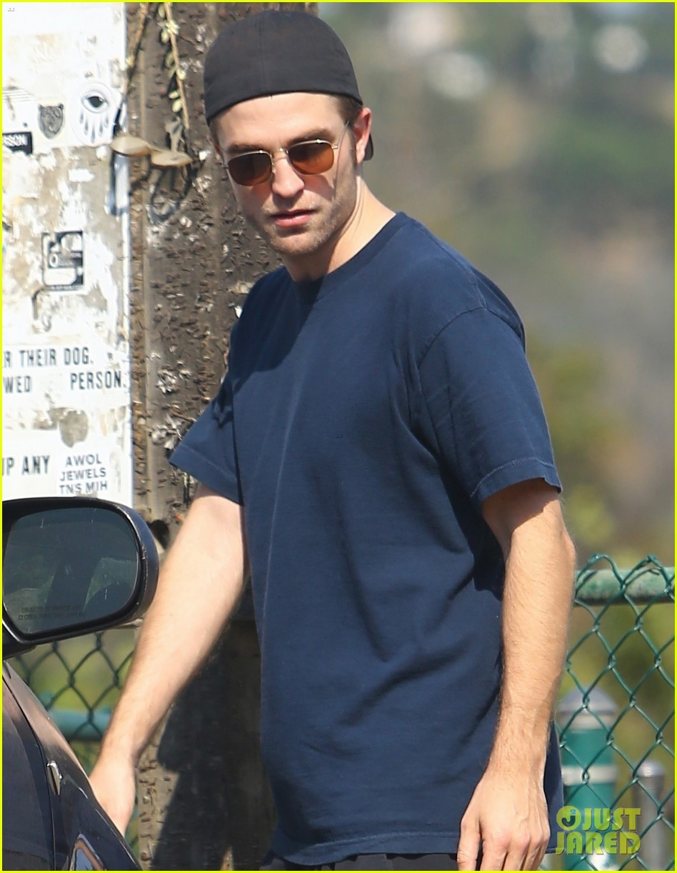 robert pattinson gets in some exercise at the dog park 043929946