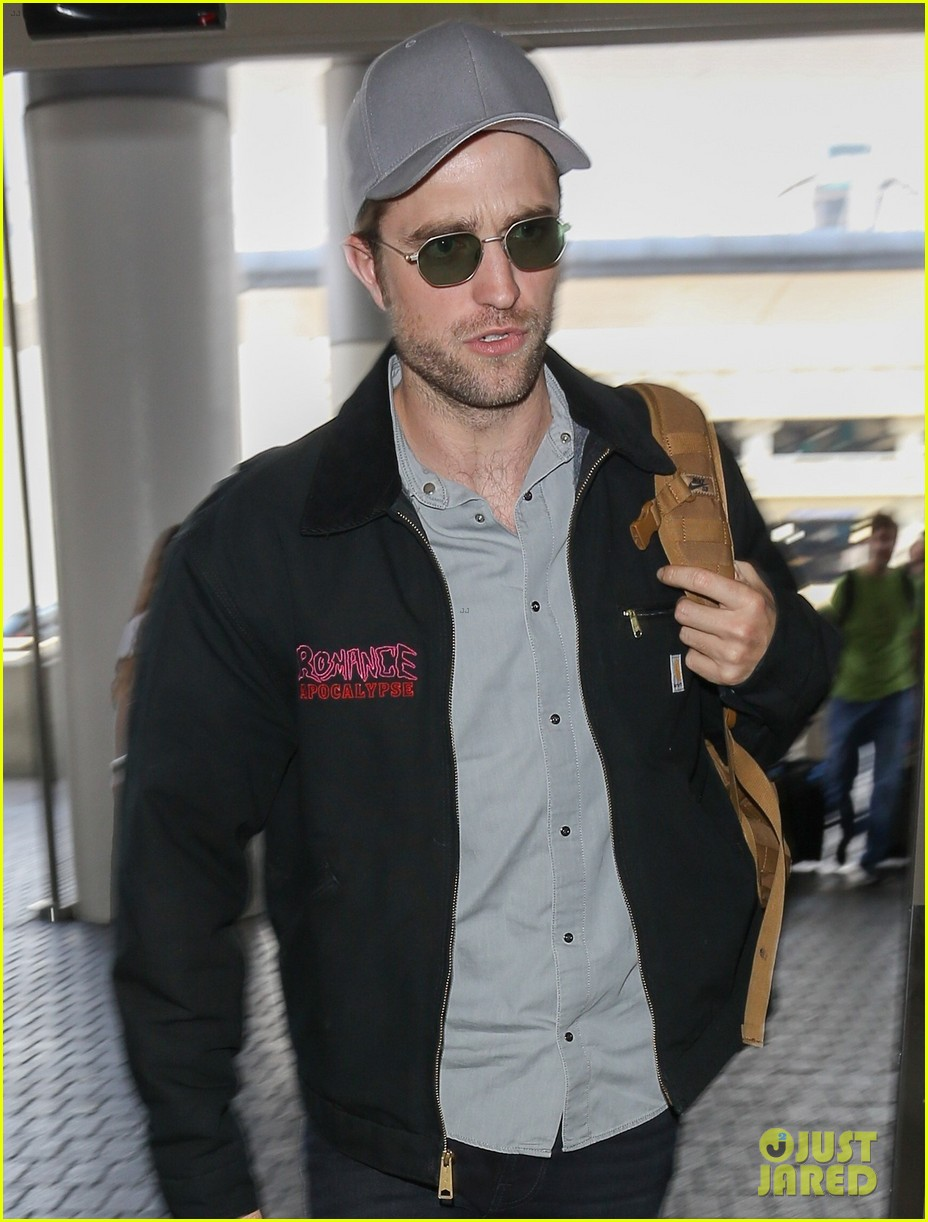 robert pattinson keeps things cool at lax airport023922389