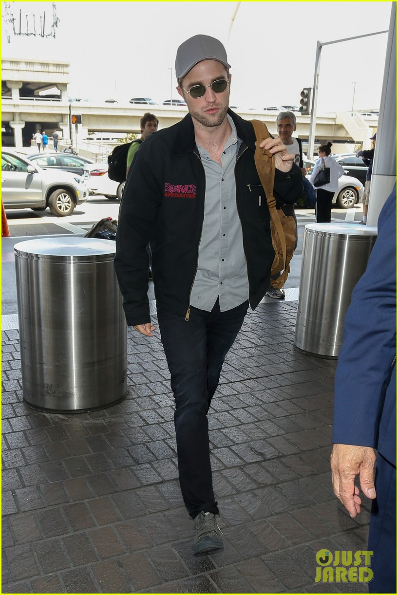 robert pattinson keeps things cool at lax airport033922390