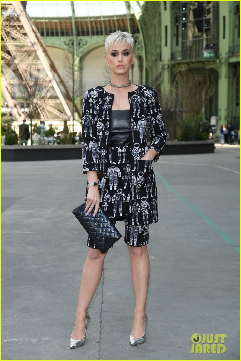katy perry joins kristen julianne at chanel show in paris 053923484