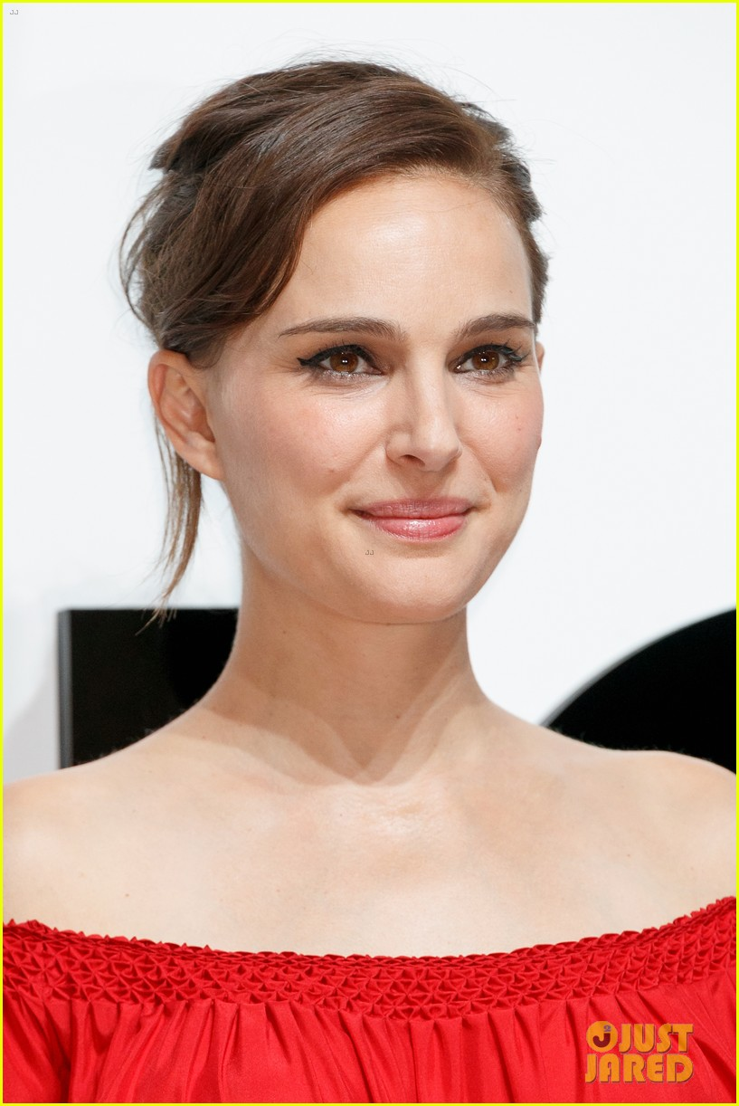 natalie portman hits tokyo for dior for love photo call 043930153
