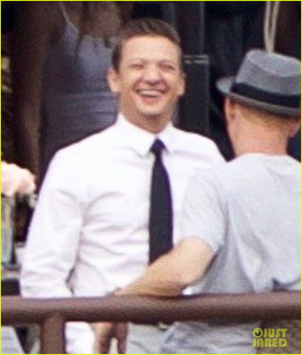 jeremy renner is back at work after breaking both arms 043929452