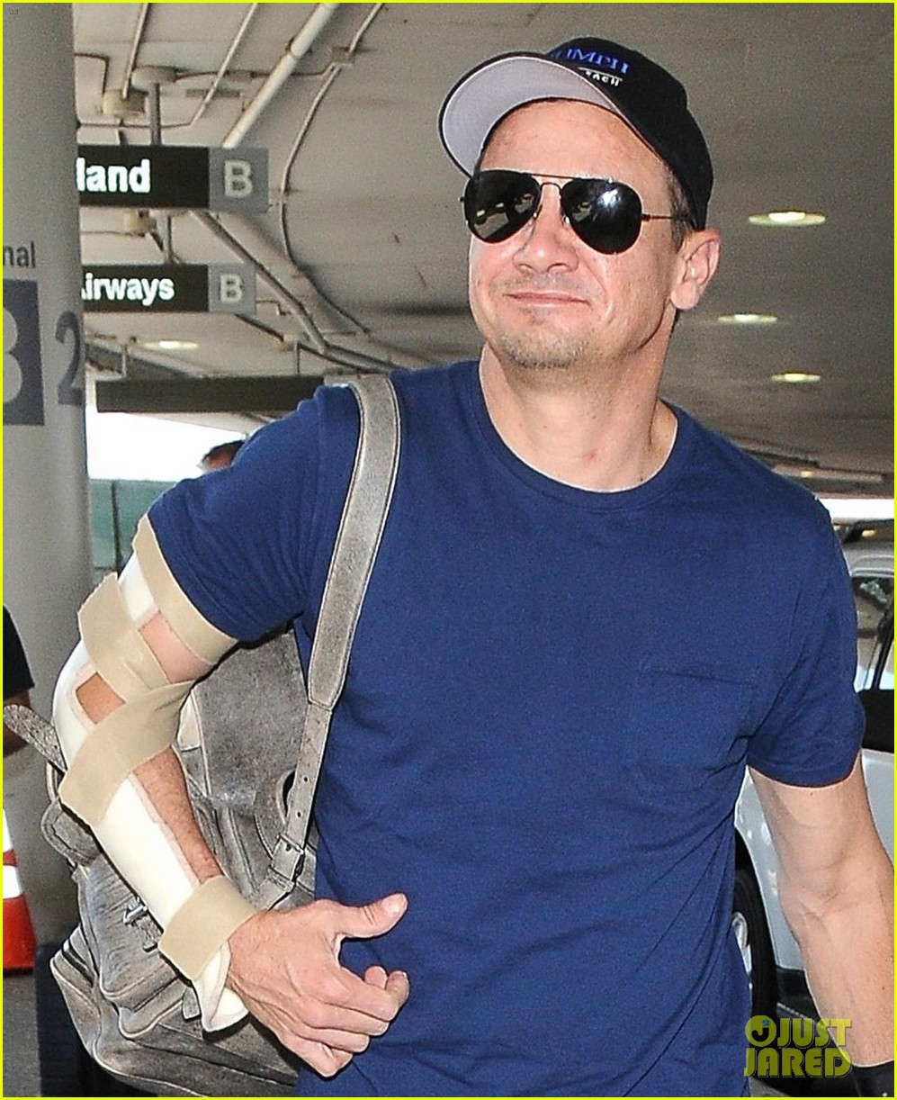 jeremy renner travels with his mom and an injured arm 043923947
