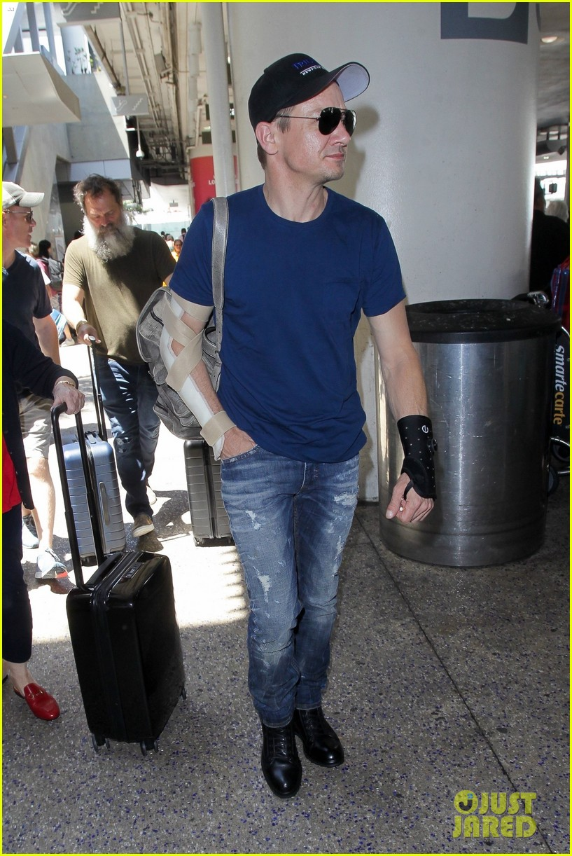 jeremy renner travels with his mom and an injured arm 053923948
