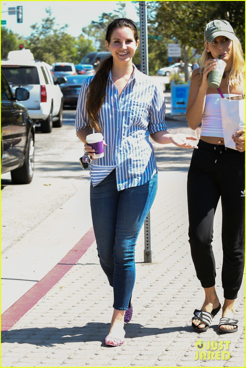 lana del rey shows off her fourth of july style while grabbing coffee 013924147