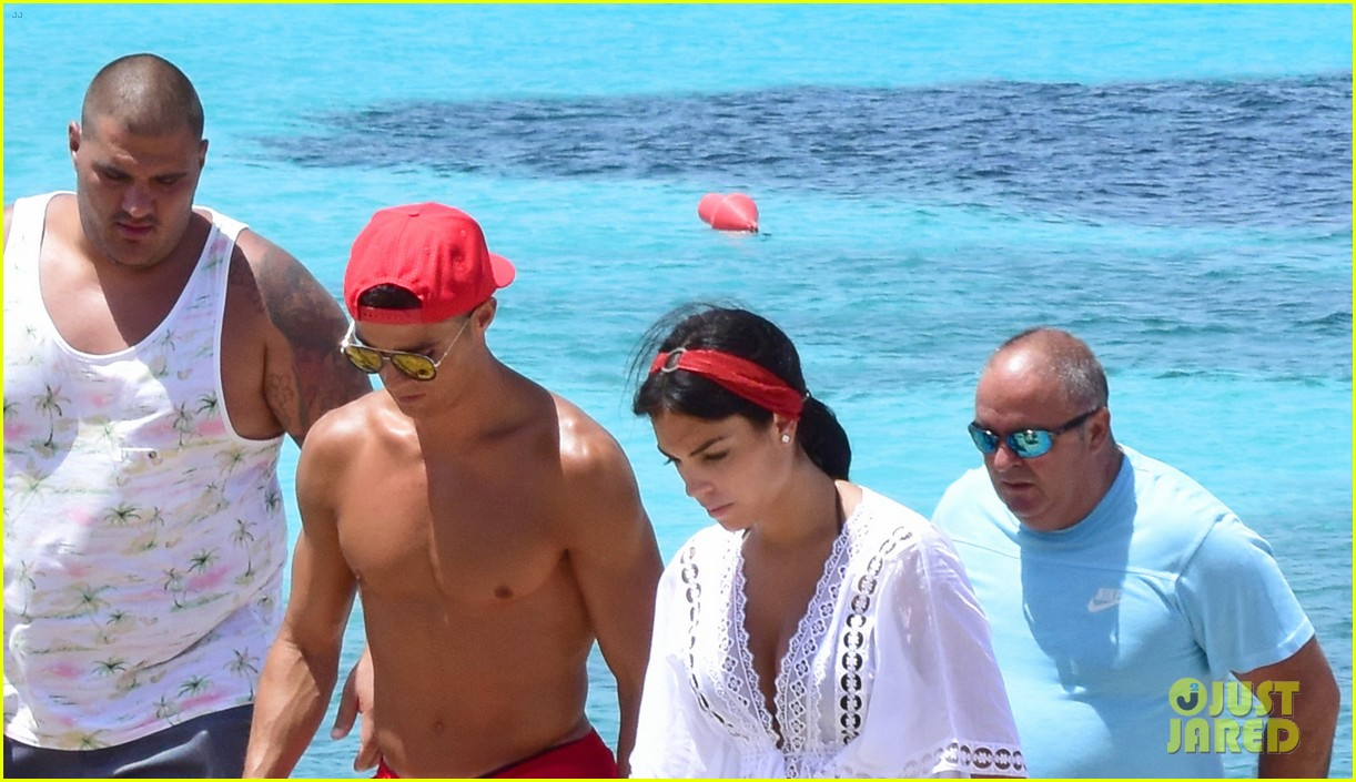 cristiano ronaldo girlfriend beach spain 053929756