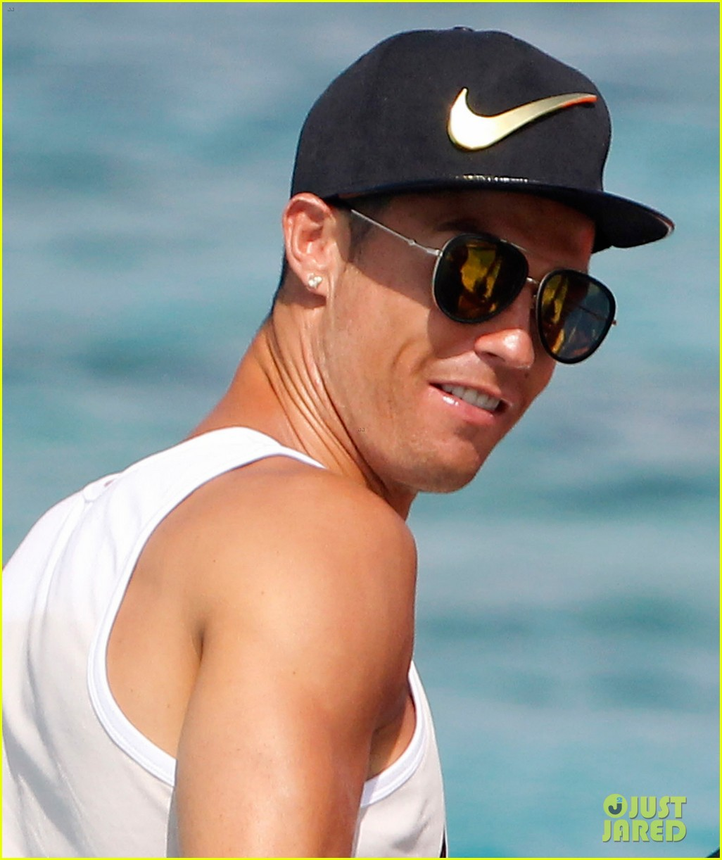 cristiano ronaldo viists formentera with his possibly pregnant girlfriend 093925093