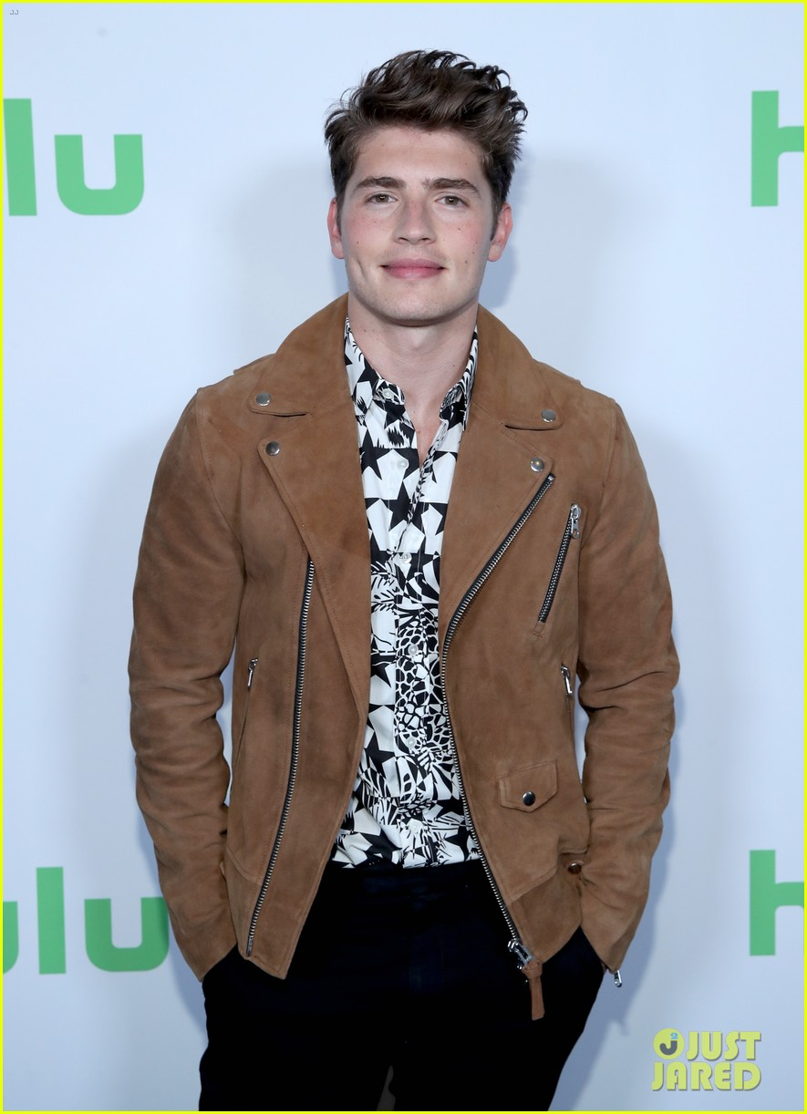 gregg sulkin runaways co stars promote their new show 013934573