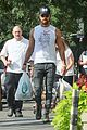 justin theroux shows off his buff biceps while food shopping 03