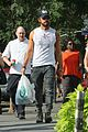 justin theroux shows off his buff biceps while food shopping 05