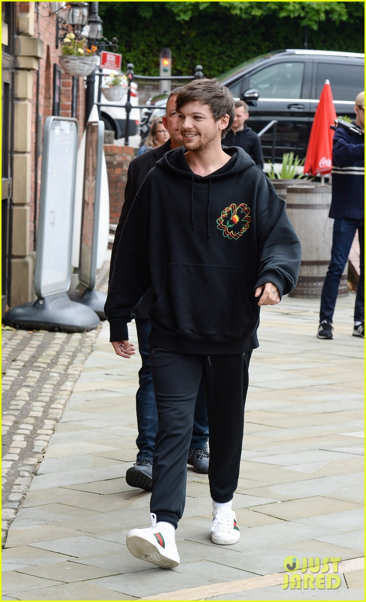 louis tomlinson takes selfies with fans while promoting back to you 033934629