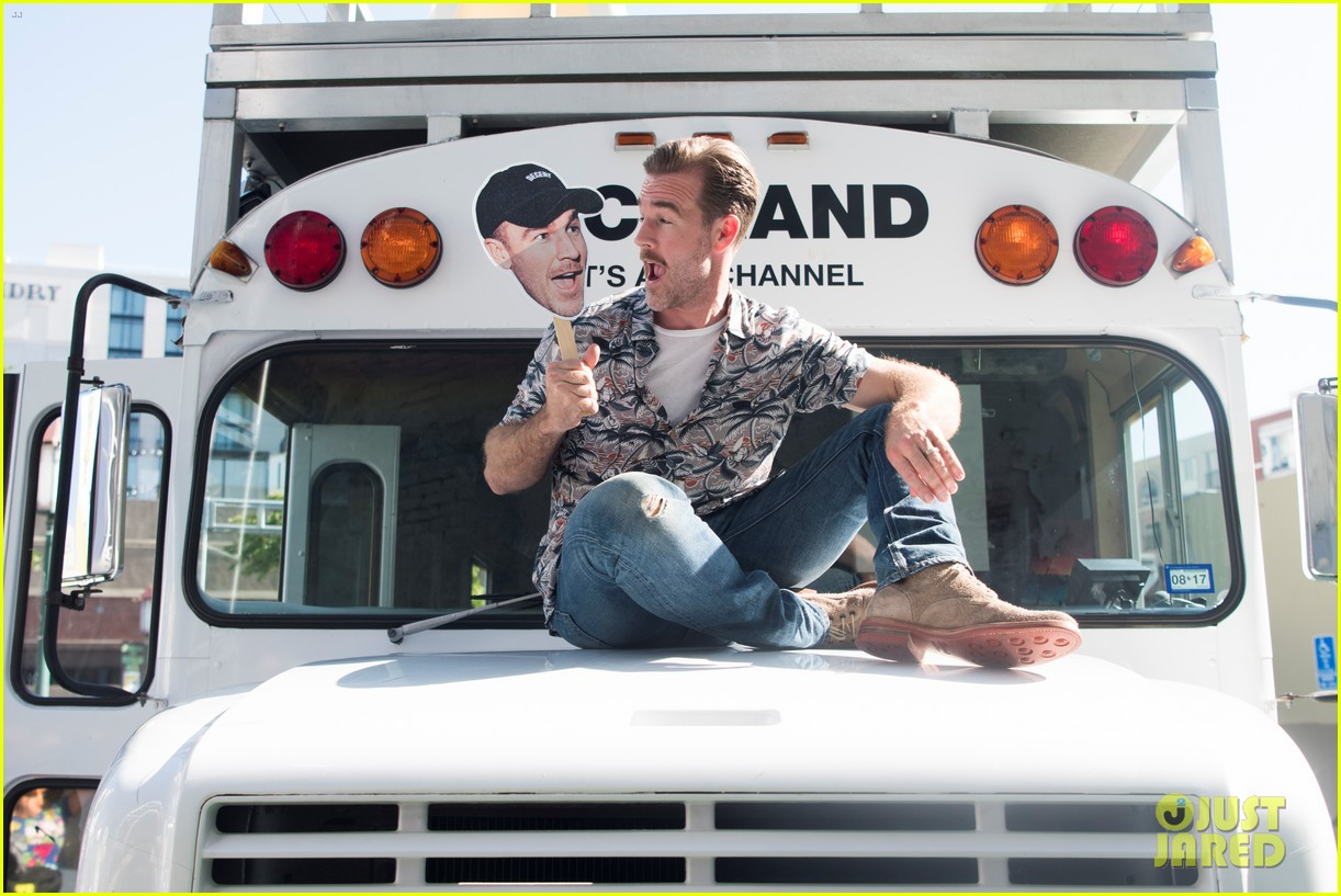 james van der beek lets loose at comic con for what would diplo do 203931992