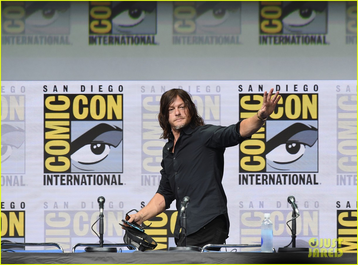 walking dead cast pays tribute to late stuntman at comic con 013931590