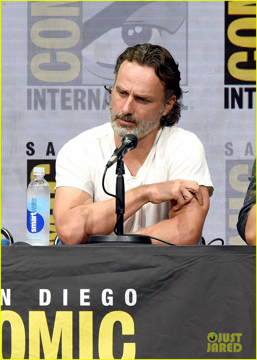 walking dead cast pays tribute to late stuntman at comic con 023931591