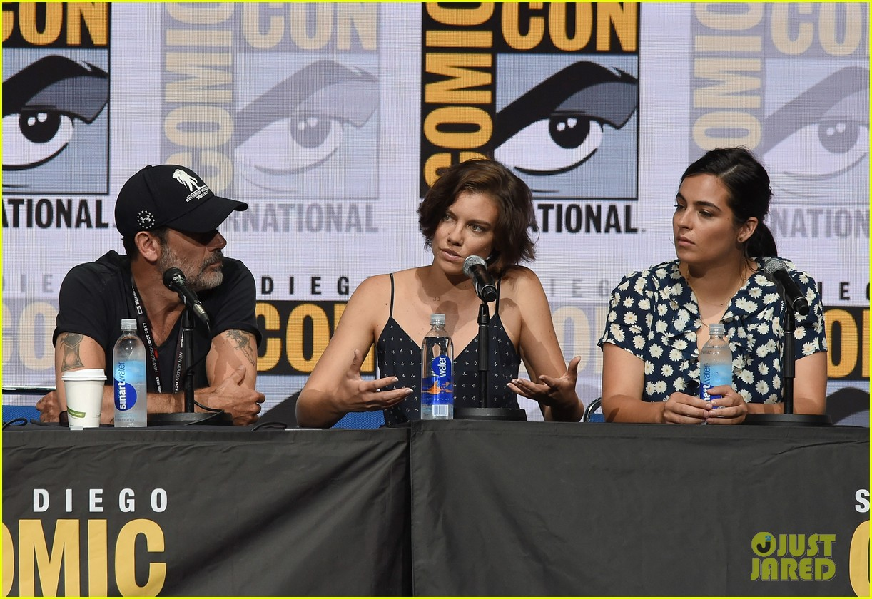 walking dead cast pays tribute to late stuntman at comic con 033931592