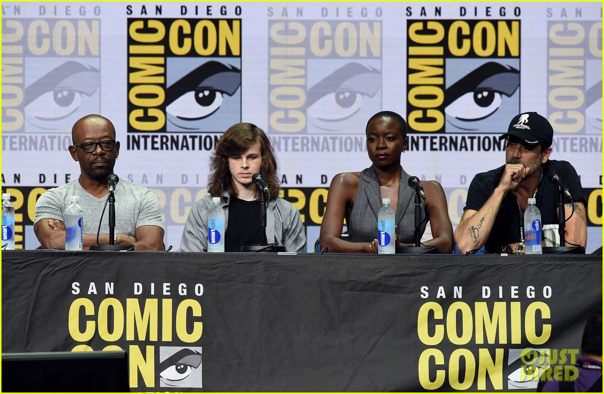 walking dead cast pays tribute to late stuntman at comic con 053931594