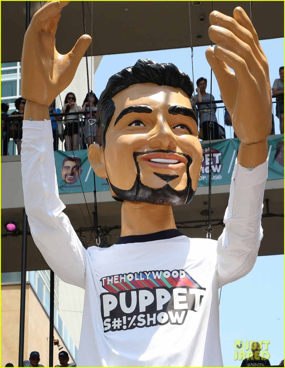 wilmer valderrama poses with a 25 foot puppet version of him 023925993