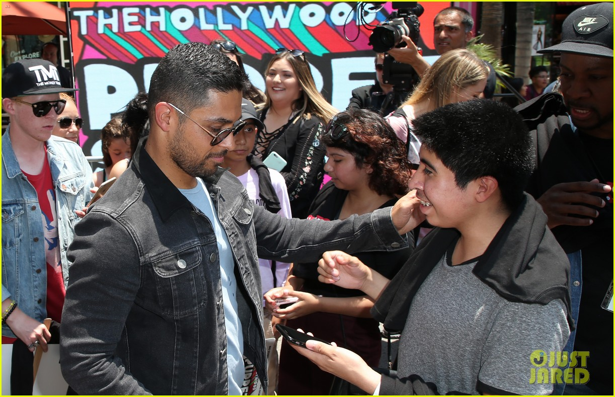 wilmer valderrama poses with a 25 foot puppet version of him 033925994