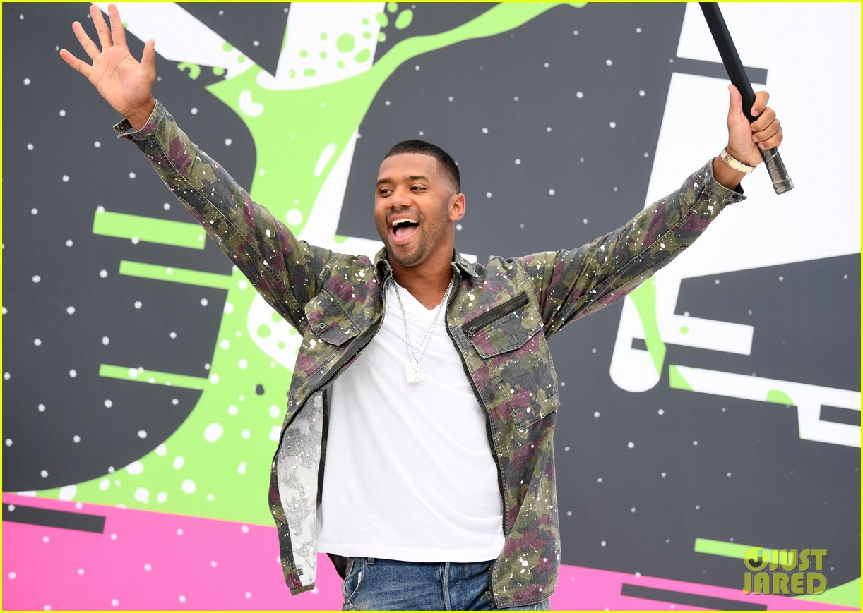 russell wilson takes step son future jr to nickelodeon awards 033927649