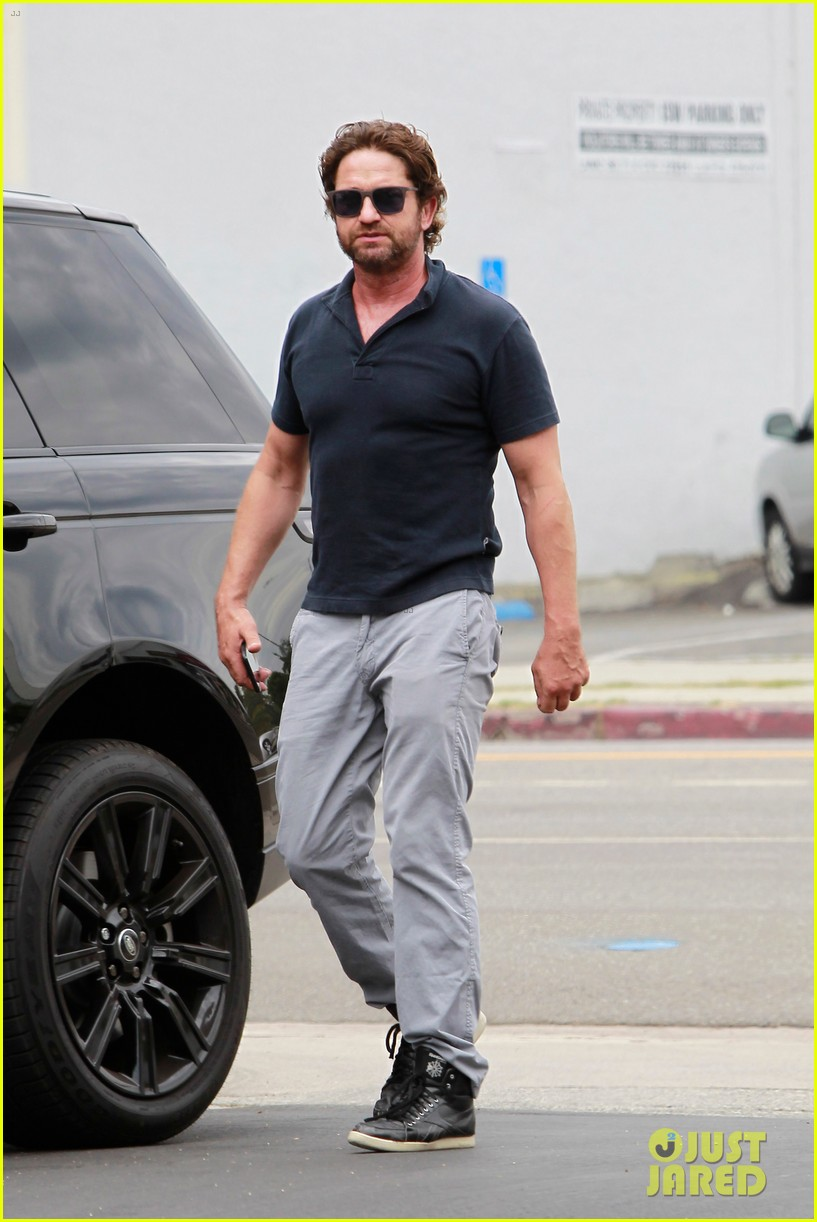 gerard butler flaunts buff biceps during coffee outing 013937102