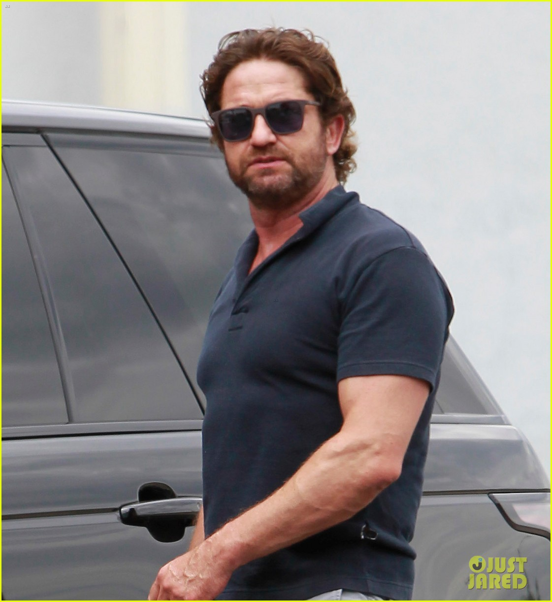 gerard butler flaunts buff biceps during coffee outing 023937103