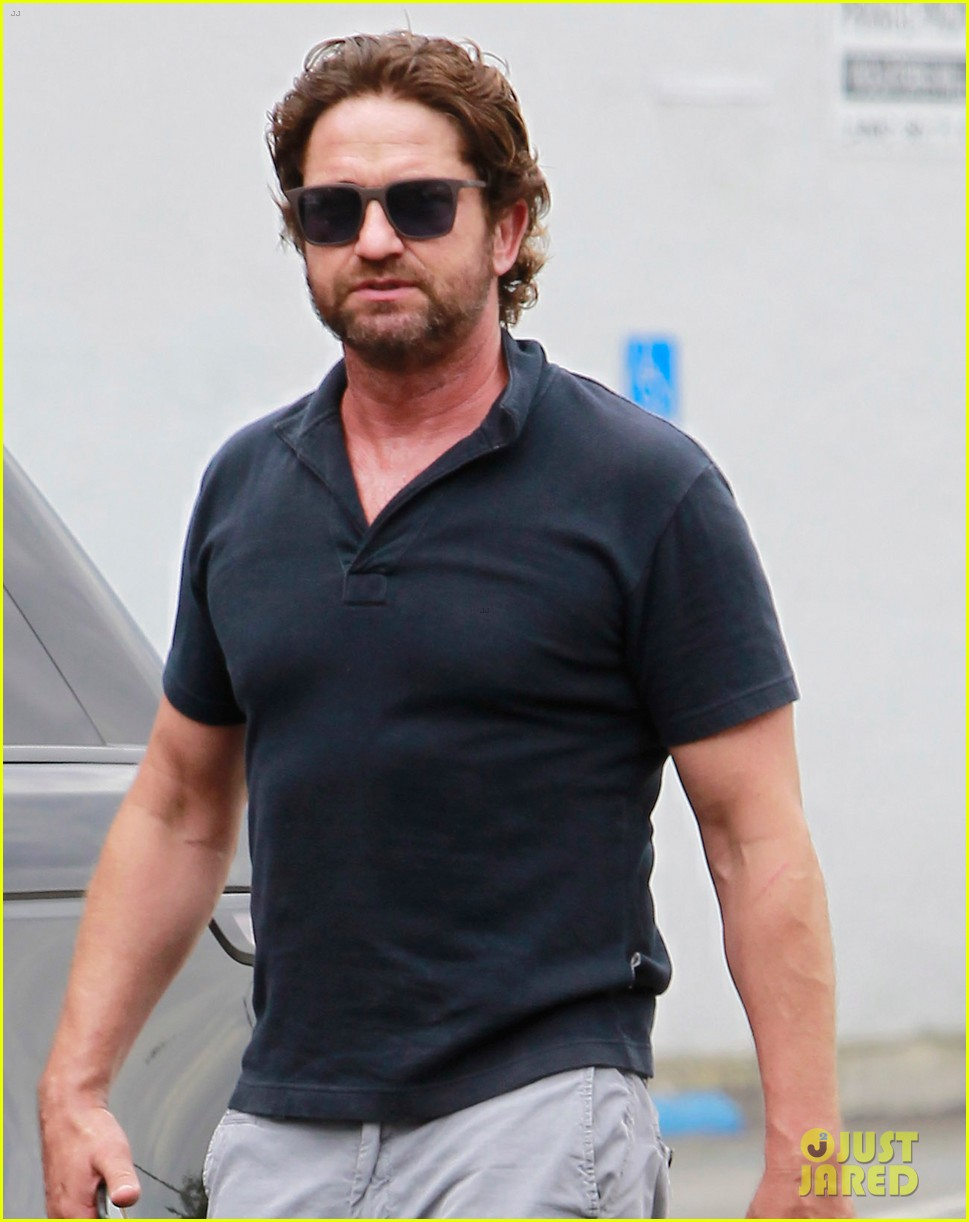 gerard butler flaunts buff biceps during coffee outing 043937105