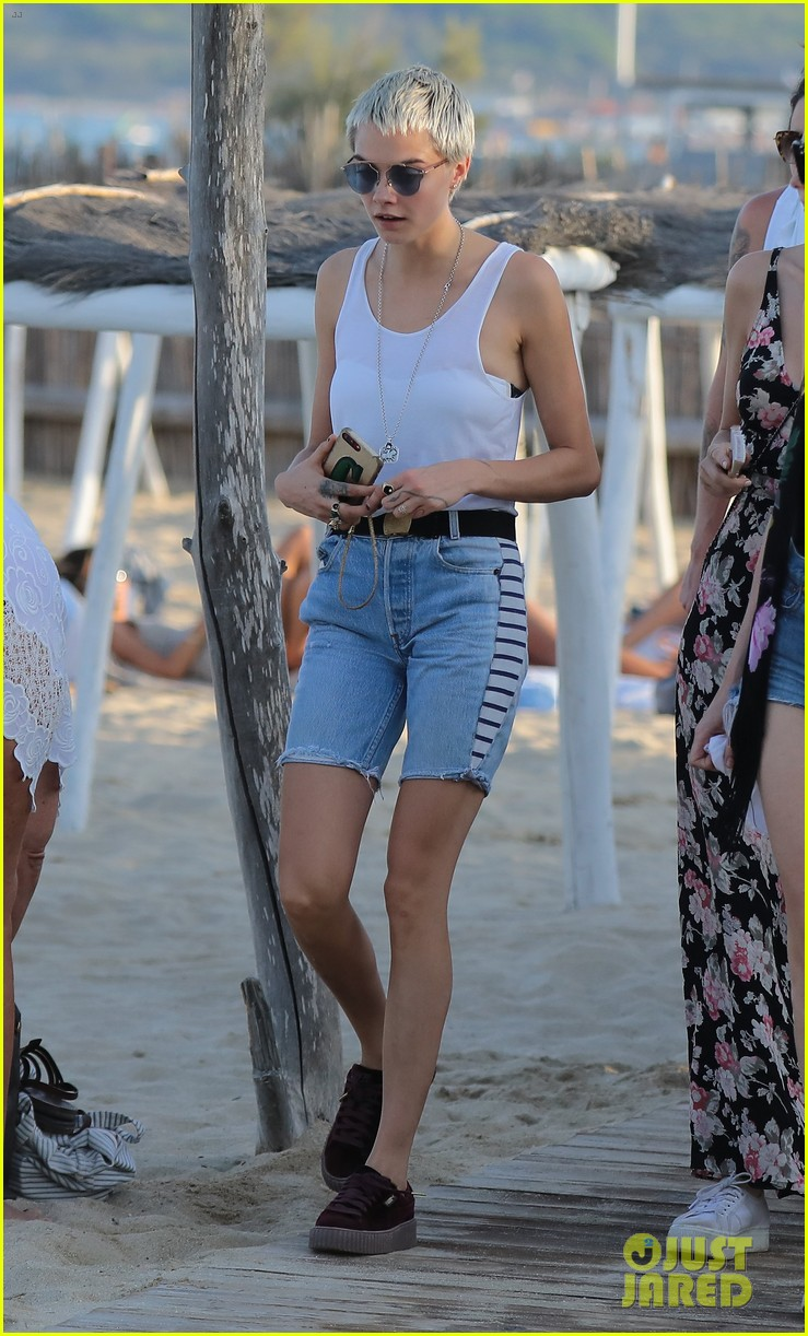 cara delevingne enjoys st tropez vacation with family friends 043946336