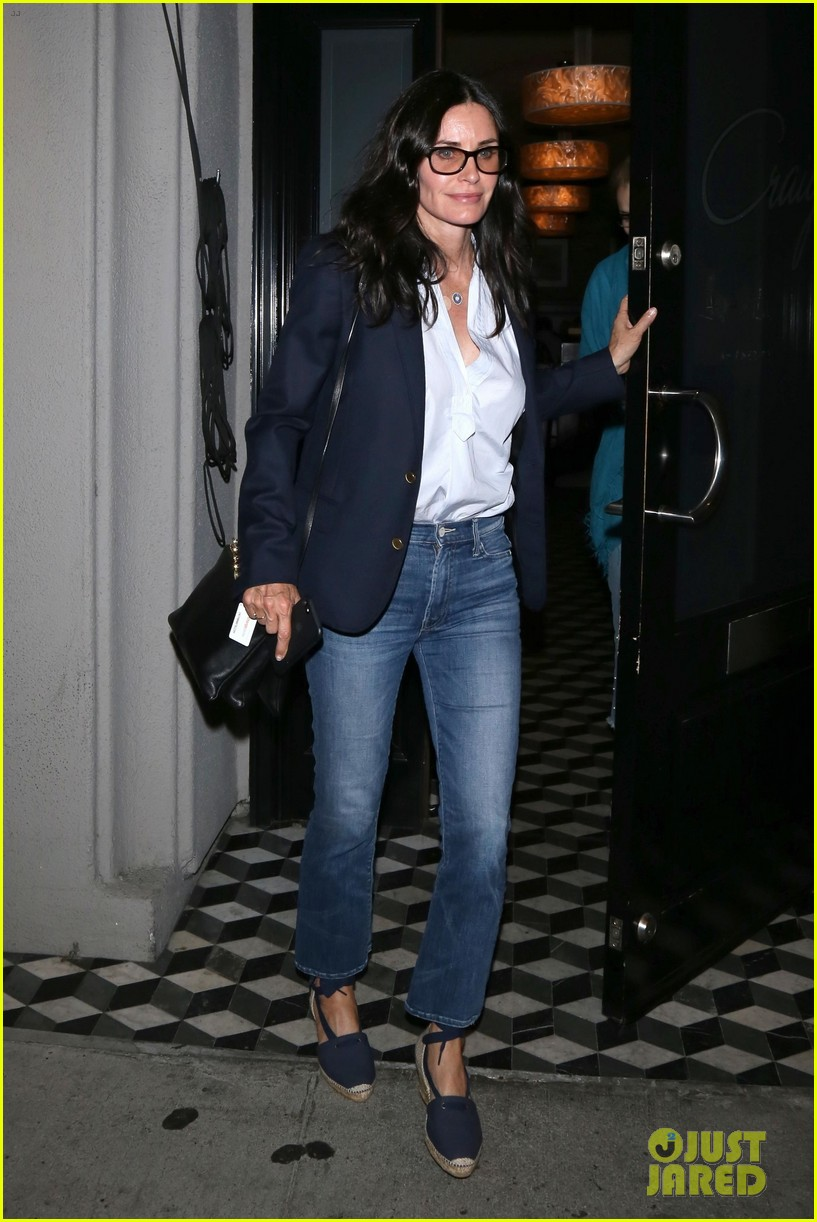 courteney cox grabs dinner with friends at craigs 043945270