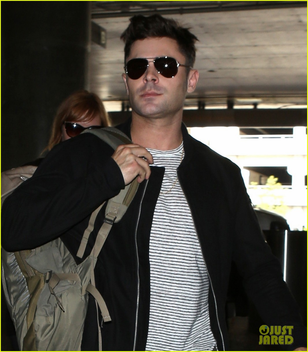 zac efron catches a flight out of los angeles 023936667