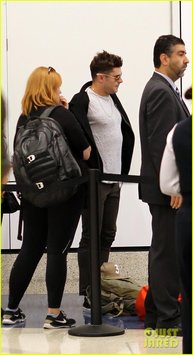 zac efron catches a flight out of los angeles 033936660