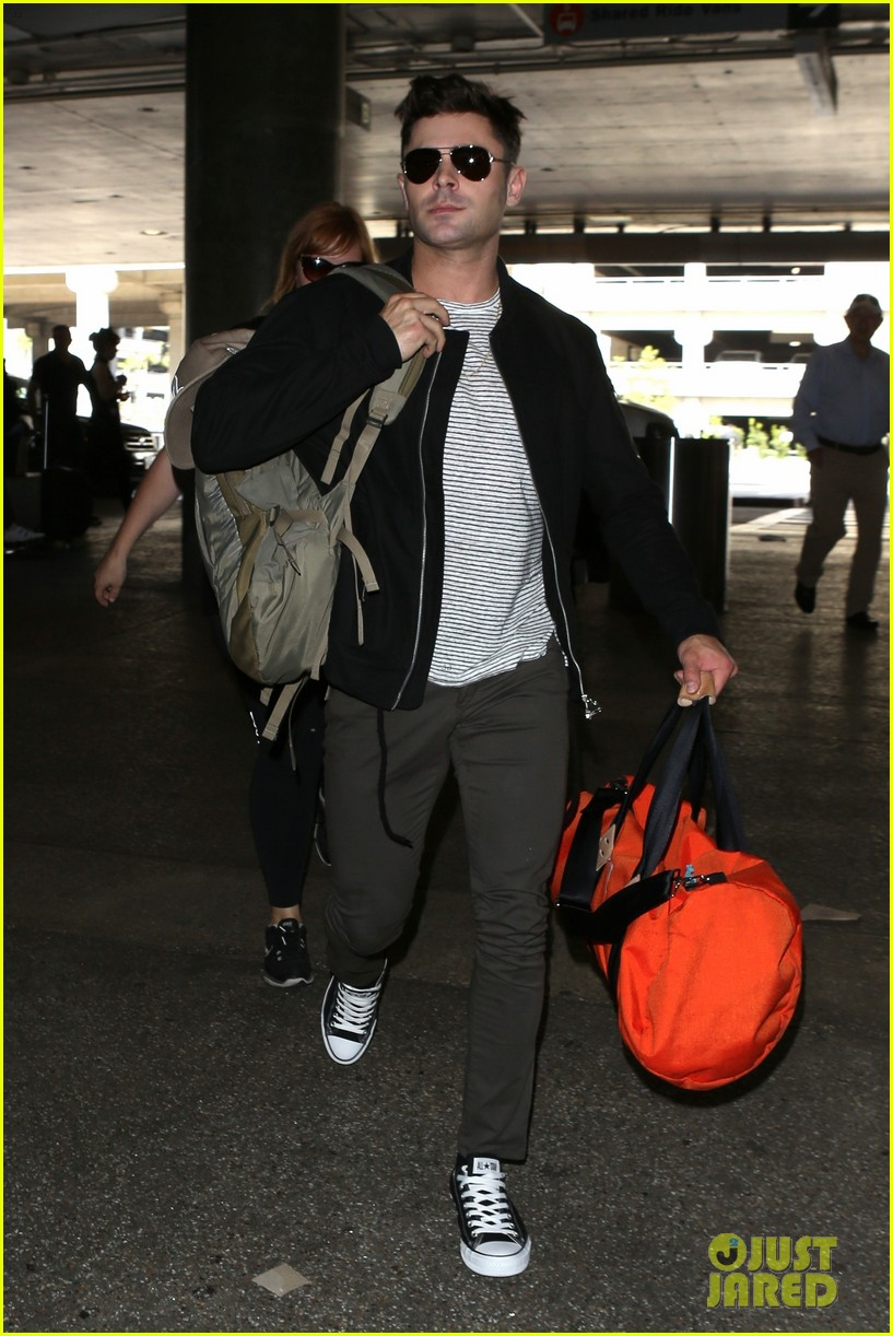 zac efron catches a flight out of los angeles 053936662