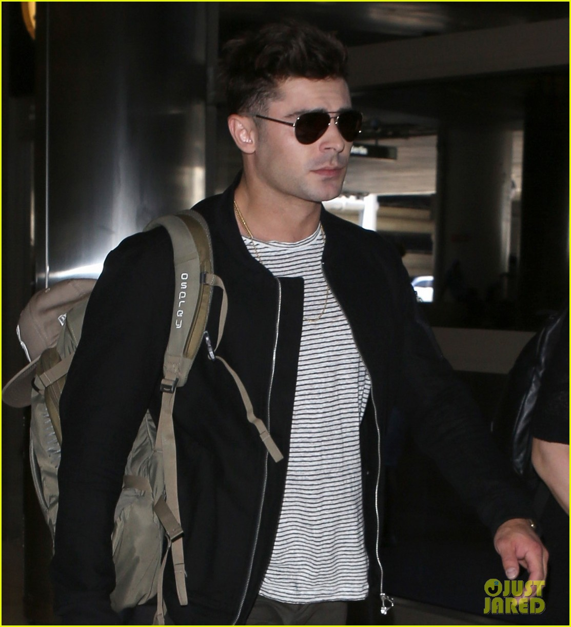 zac efron catches a flight out of los angeles 083936665