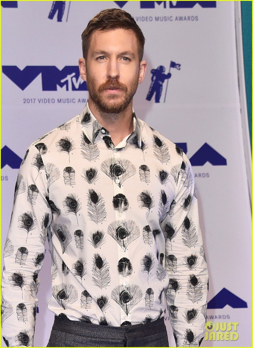 calvin harris shows off his growing beard at 2017 mtv vmas 023946897