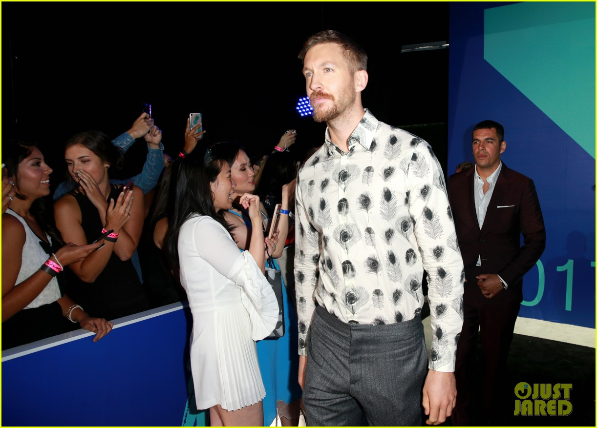 calvin harris shows off his growing beard at 2017 mtv vmas 033946898