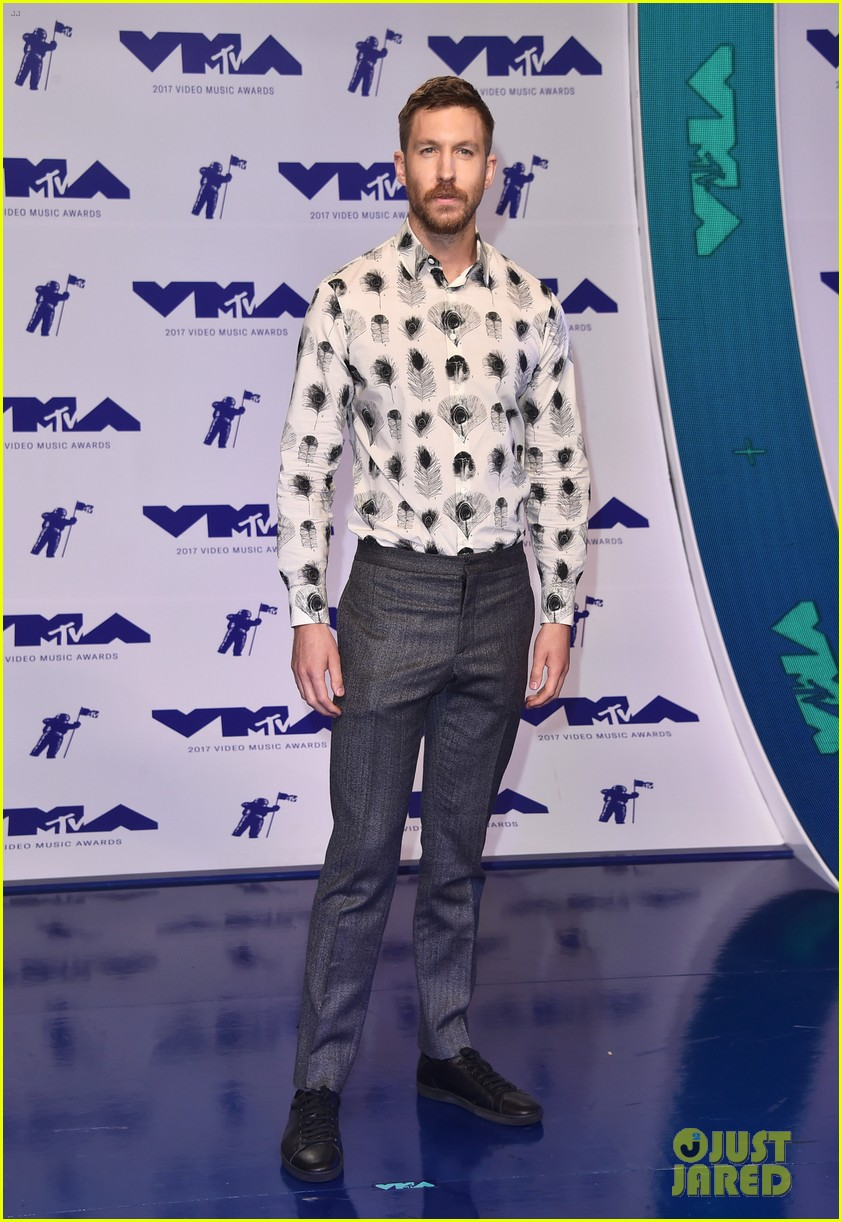 calvin harris shows off his growing beard at 2017 mtv vmas 063946901