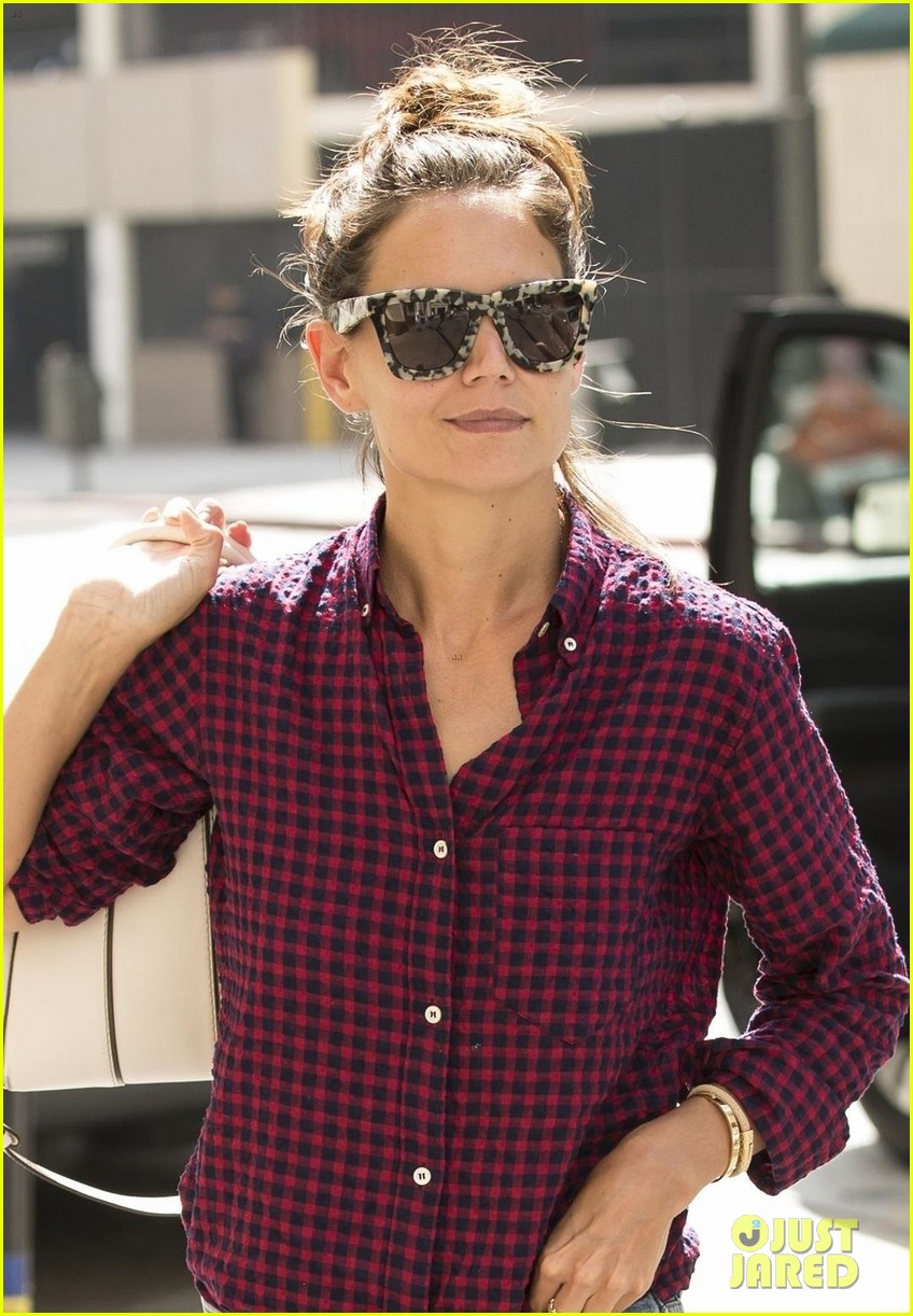 katie holmes grabs lunch with friends in la 043945935