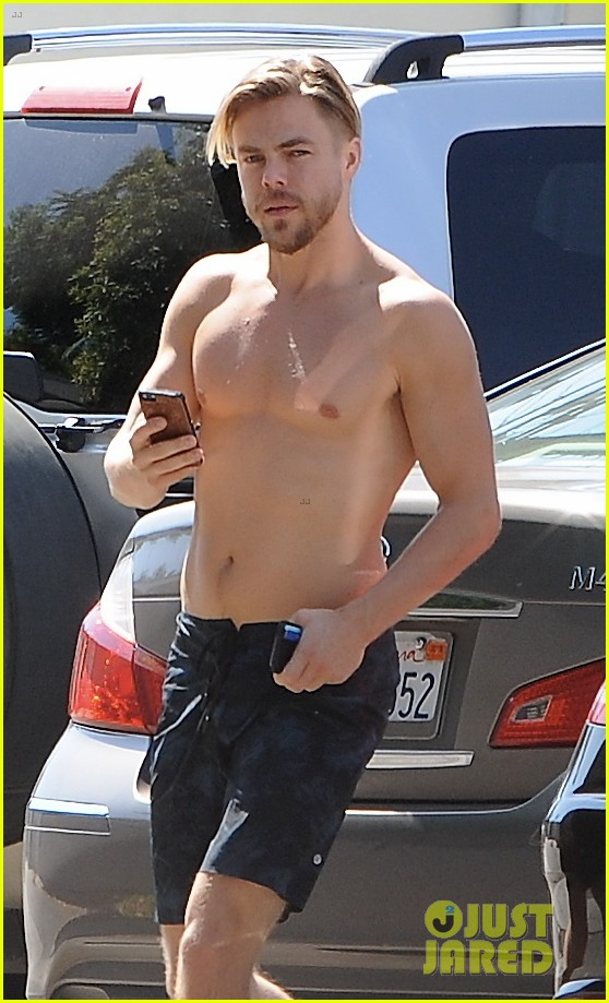 derek hough skips his shirt while shopping at a juice bar 043943450