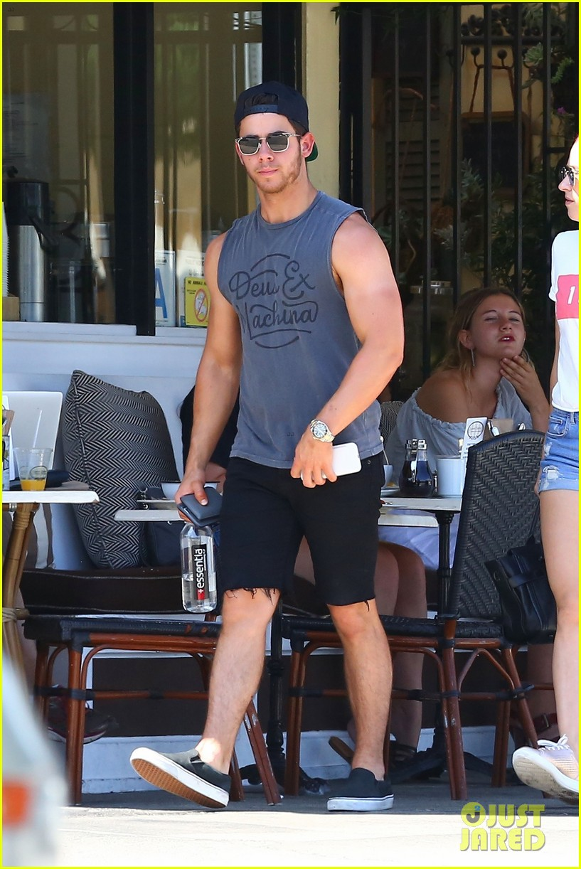 nick jonas shows off his massive biceps at breakfast 013941178