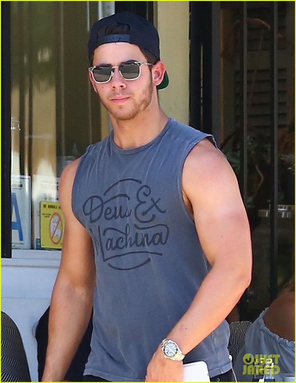 nick jonas shows off his massive biceps at breakfast 023941179