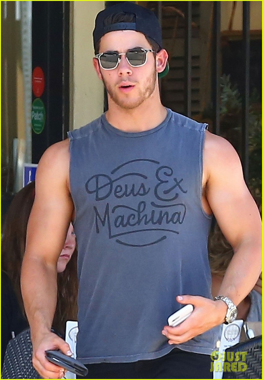 nick jonas shows off his massive biceps at breakfast 043941181